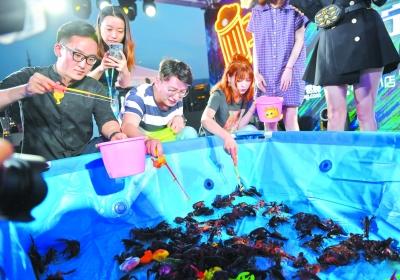 龙虾大战游戏吸引市民